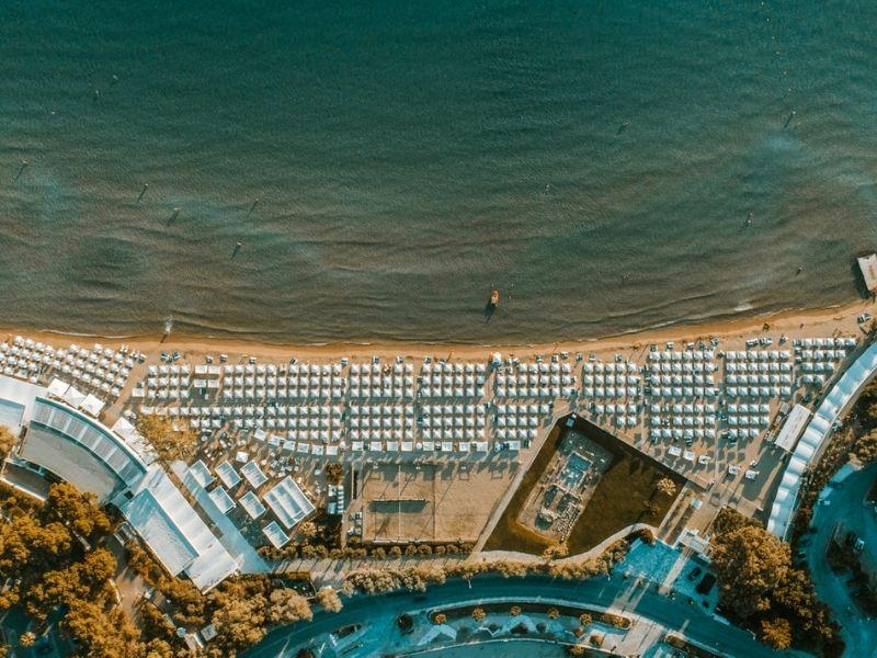 Ο απόλυτος προορισμός διακοπών μέσα στην πόλη, η κοσμοπολίτικη και εμβληματική Astir Beach, μας προσκαλεί και φέτος.