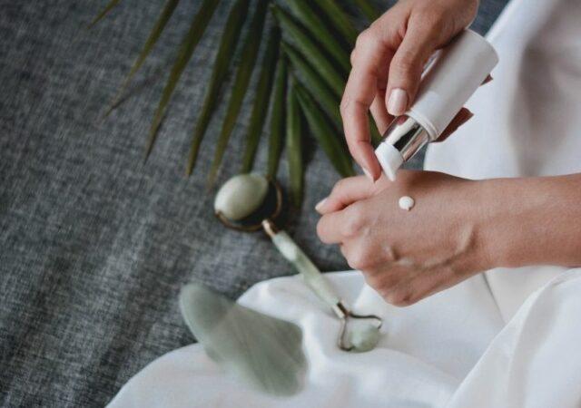 Τα καλύτερα skincare beauty tools που μας βοηθάνε να αναβαθμίσουμε αποτελεσματικά την φροντίδα της επιδερμίδας μας, στο σπίτι.