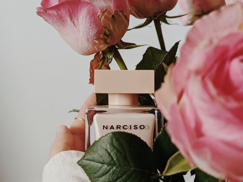 Τα ανοιξιάτικα αρώματα είναι πιο ανάλαφρα και λουλουδάτα και αποπνέουν μια αίσθηση φρεσκάδας, ολοκληρώνοντας την εμφάνισή μας.