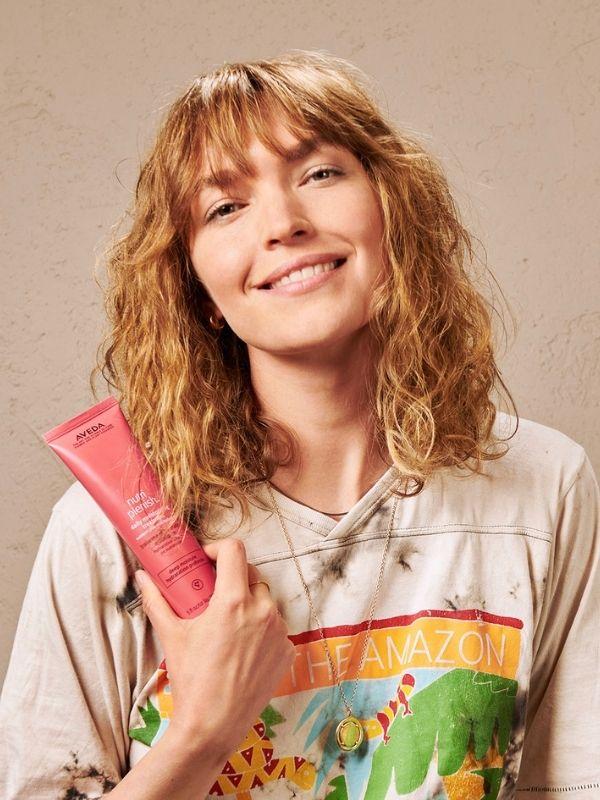 Η Arizona Muse αποκαλύπτει το νέο trendy shag hairstyle ένα μοντέρνο κούρεμα  με διακριτικές babylights ανταύγειες, που φωτίζουν το πρόσωπο.
