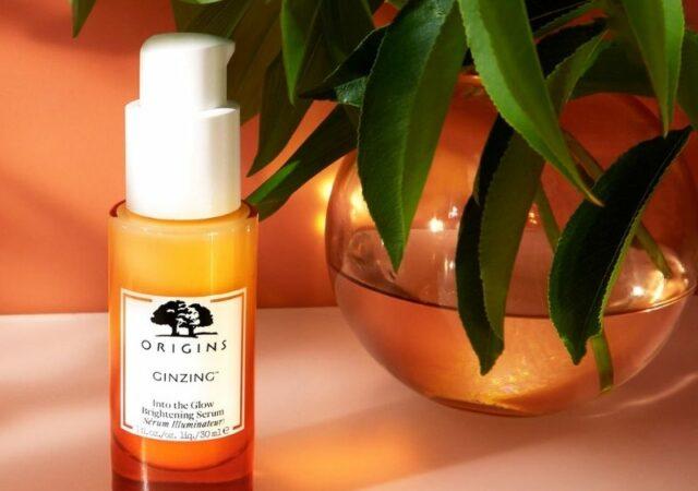 GinZing™ Into The Glow Brightening Serum με πολλαπλές δράσεις, προσφέρει λάμψη στην επιδερμίδα ενισχύοντας τη διαδικασία φυσικής απολέπισης.