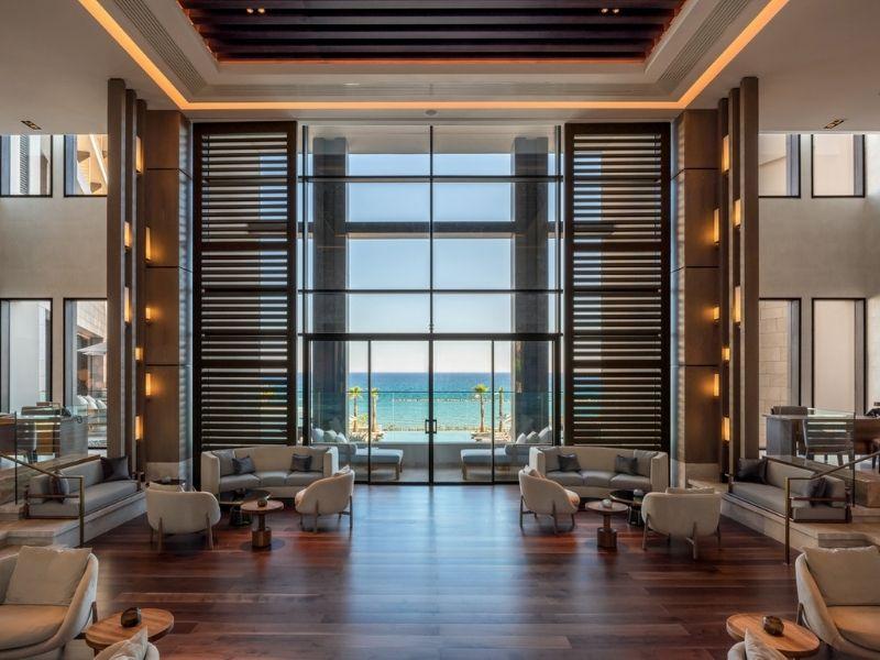 Το υπερπολυτελές ξενοδοχείο AMARA είναι τοποθετημένο πάνω στην αμμώδη παραλία του αριστοκρατικού αρχαίου βασιλείου της Αμαθούντας στη Λεμεσό.