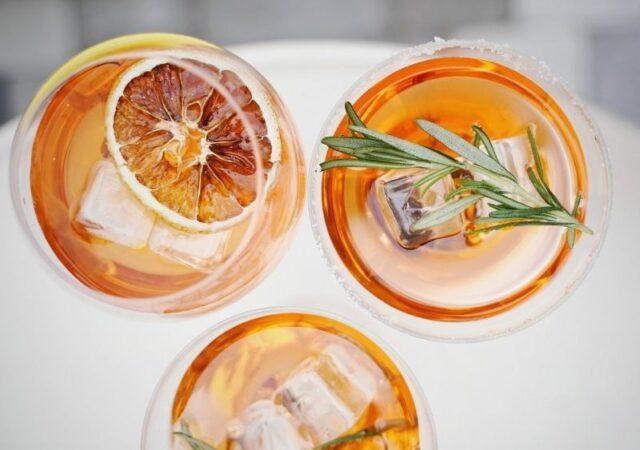 Γλυκό, πικρό, ελαφρώς φρουτώδες και απολαυστικά δροσιστικό, το Aperol Spritz θα γίνει το αγαπημένο σας κοκτέιλ φέτος το καλοκαίρι.