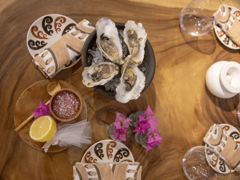 Χαλαρώστε μέσα από μια μοναδική εμπειρία στη γραφική αυλή της Mykonos Serenity Experience by THEMIS • Z Oyster Evening Bar.