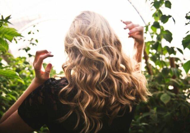 Πιτυρίδα: Χρήσιμα tips για να την ξεφορτωθείτε και να βάλετε τέλος στο πρόβλημα που σας βασανίζει - Όλα όσα πρέπει να ξέρετε.