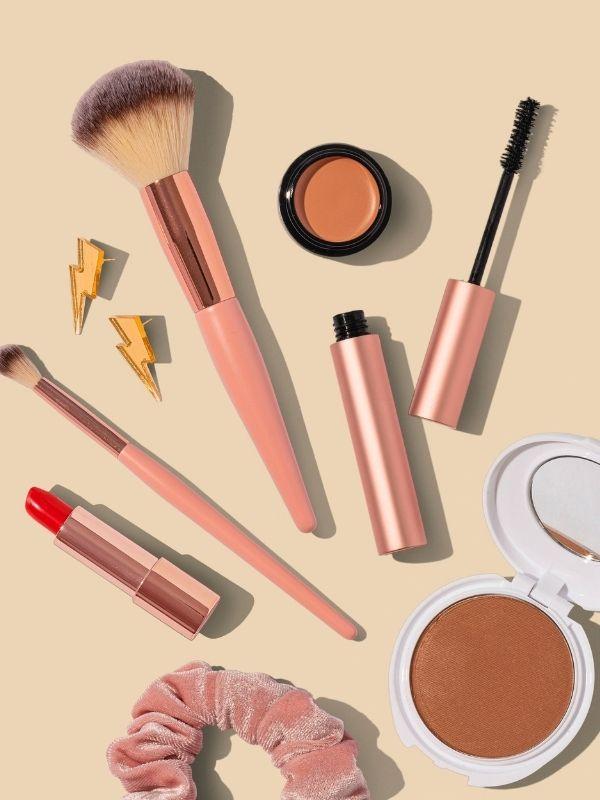 Ευτυχώς υπάρχουν τα ιδανικά προϊόντα αλλά και οι σωστές συμβουλές για άψογο καλοκαιρινό μακιγιάζ … που θα μείνει στη θέση του!