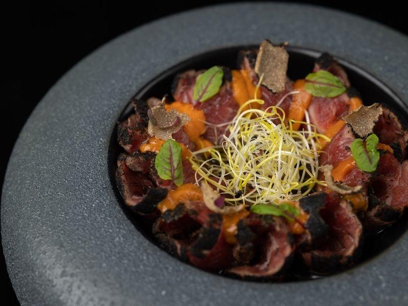 Στο Senta, το νέο ιαπωνικό εστιατόριο του Δειπνοσοφιστήριον θα παρασυρθείτε σε ένα γαστριμαργικό ταξίδι που παντρεύει Ανατολή και Δύση.
