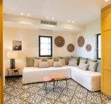 Το γραφείο Sissy Feida Interiors ανέλαβε και ολοκλήρωσε την διακοσμητική μελέτη δύο ακόμα πανέμορφων καταλυμάτων στην καταπράσινη Καρδαμύλη.