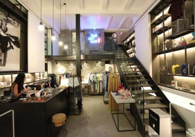 Cocktail party και ομαδική έκθεση του Art Dose σε συνεργασία με το Bollicine Mykonos με μια έκρηξη χρώματος στην έκθεση «Splash of Color»!