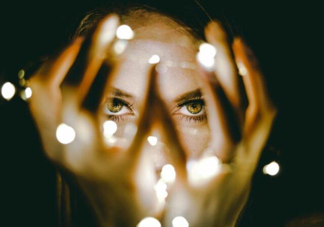Έξυπνα tips ενάντια στα πρησμένα μάτια για να αποκτήσετε ξανά ξεκούραστο βλέμμα και πιο λαμπερή και φρέσκια επιδερμίδα.
