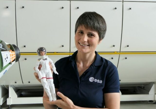 Η κούκλα Barbie Αστροναύτης ταξιδεύει στο διάστημα σε συνεργασία με το Ευρωπαϊκό Οργανισμό Διαστήματος και την αστροναύτη Samantha Cristoforetti