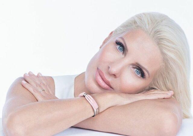 Estée Lauder Εκστρατεία ενημέρωσης για τον καρκίνο του μαστού 2021. Το φετινό συλλεκτικό βραχιόλι του Dukas και η Πρέσβειρα Ελένη Μενεγάκη.