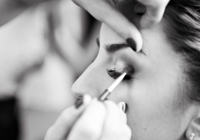Ιδέες και προτάσεις για λαμπερό φθινοπωρινό μακιγιάζ που εντυπωσιάσουν σε κάθε σας εμφάνιση, από την make-up artist Καίτη Τομαζίνου.
